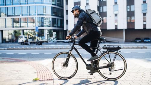 Ein Mann fährt auf einem E-Bike.