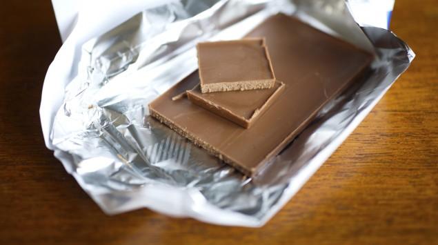 Eine Tafel Schokolade in Alufolie