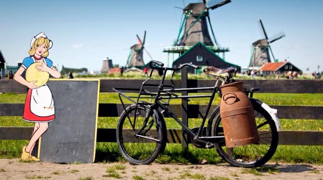 Man sieht eine holländische Windmühle.