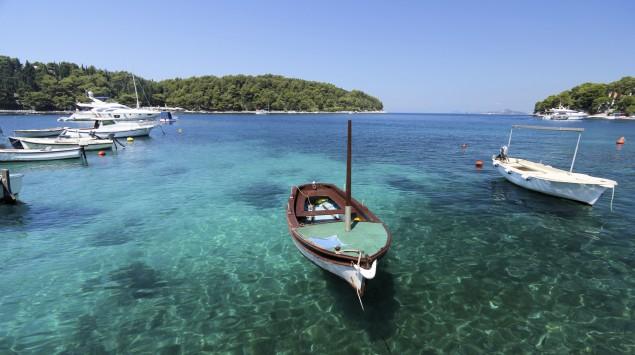 Segelboote liegen in einer kroatischen Bucht.