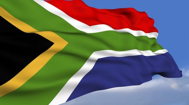 Man sieht die südafrikanische Flagge.