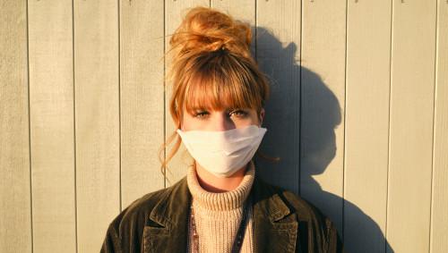 Frau mit Maske zum Schutz vor Corona.