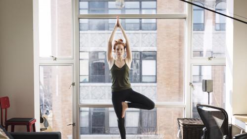 Eine Frau macht eine Gleichgewichtsübung.