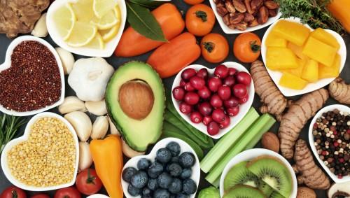 Man sieht verschiedene Obst- und Gemüsesorten.