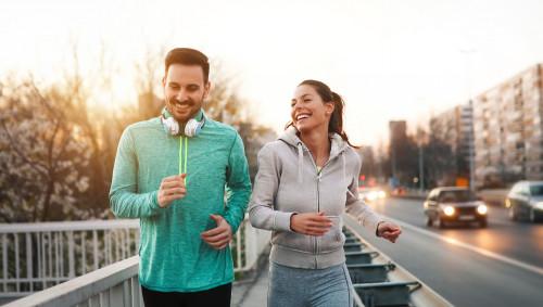 Ein Mann und eine Frau laufen (joggen) gemeinsam.