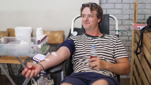 Ein Mann beim Blutspenden