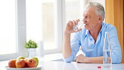 Mann Trinkt Muttermilch Aus Brust