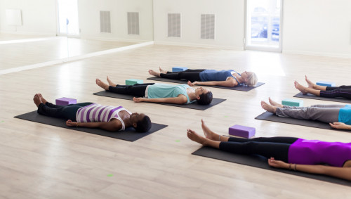 Eine Gruppe meditiert im Liegen.