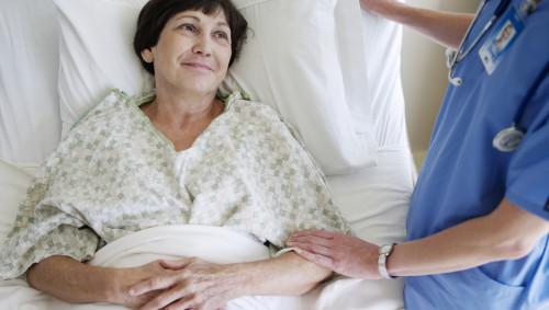 Eine Patientin liegt im Krankenhausbett