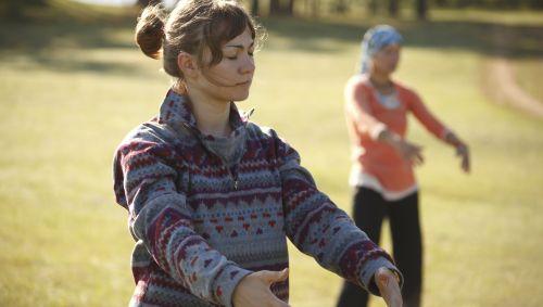 Man sieht zwei Frauen bei Qigong-Übungen.