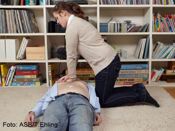 6. Nach der Atemspende wieder 30-mal Herzdruckmassage, …