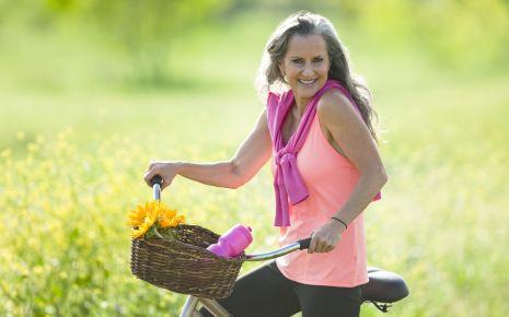 Eine ältere Frau auf einem Fahrrad.