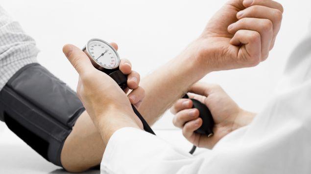 Das Bild zeigt eine Blutdruckmessung.