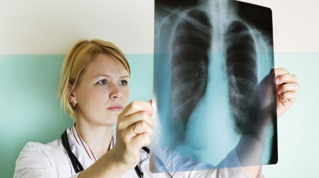 Das Bild zeigt eine Ärztin mit Röntgenaufnahme.