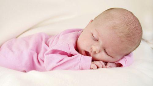 Man sieht ein schlafendes Baby.