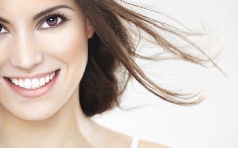 """Was sind eigentlich """"schöne Zähne""""? Die meisten Menschen verbinden damit strahlend weiße und gerade Zahnreihen."""